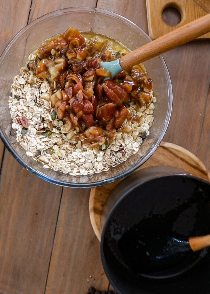 How To Image: Pour the date & syrup  mix over the oats.